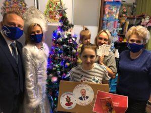 «Елка желаний»: члены партии «Единая Россия» поздравили многодетную семью из Нагатина-Садовников