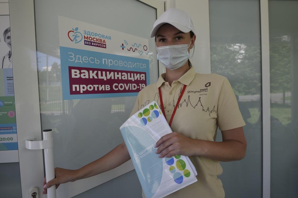 Вакцинирующимся гражданам помогают более трех тысяч соцработников